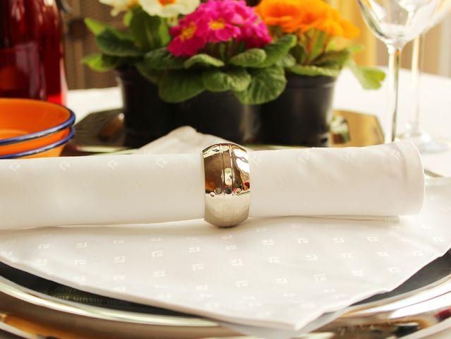 Weiße Damast-Tischwäsche mut Sreviettenringen